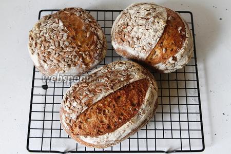Когда закваска достигает своего пика, то есть она выросла у вас, берётся необходимое количество и ставится опара для выпечки. Например, на этой закваске был испечён вот этот цельнозерновой хлеб с семенами льна.