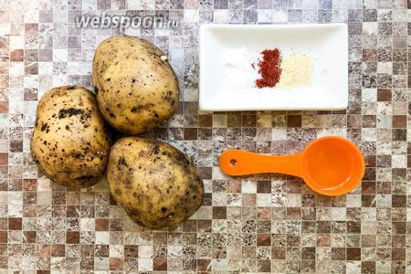 Для приготовления чипсов возьмите картофель, подсолнечное масло, соль, молотую паприку, сухой чеснок.