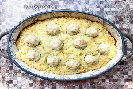 Запеканка с фрикадельками и картошкой готова, приятного аппетита.