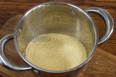 В кастрюлю поместите 145 грамм кус-куса.