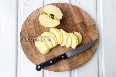 Другое яблоко очистите, удалите семечки и нарежьте на тонкие дольки.