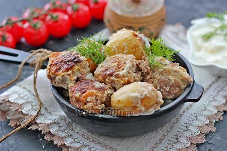 Котлеты с молодым картофелем запеченные в сметанном соусе