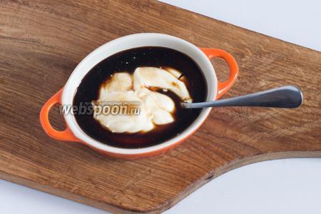 Для приготовления заправки соедините сметану (65 г), майонез (70 г), 2 чайные ложки соевого соуса и перемешайте указанные продукты до получения однородной массы.