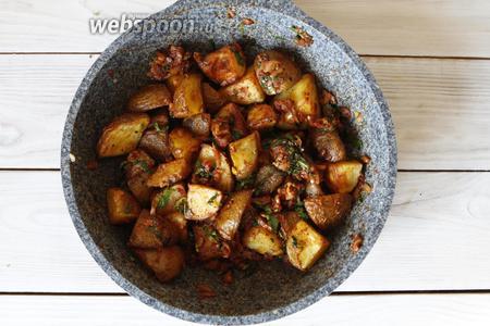 Готовый запечённый картофель выложить на сковороду. Тщательно всё перемешать.