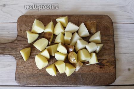 Клубни картофеля (700 г) хорошо промыть. Картофель порезать на небольшие кубики.