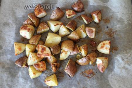 Запекать картофель 35-40 минут при 180°C. Первые 20 минут я запекала при 180°C режим, «верх-низ». Затем картофель перемешала и остальные 20 минут запекала, выставив режим «верхний гриль».