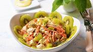 Фото рецепта Куриный салат с киви