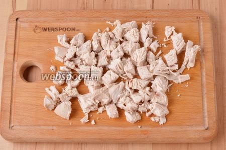300 грамм куриного филе промыть, отварить до готовности, остудить и нарезать крупными кубиками.