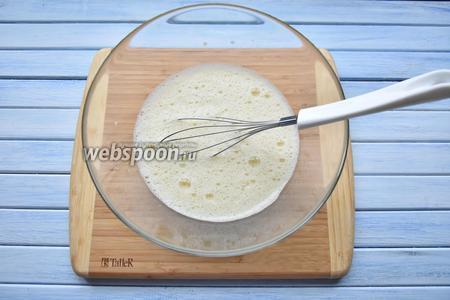 Во взбитые с солью яйца добавить сухое белое вино (150 мл) и подсолнечное масло (100 мл). Перемешать.