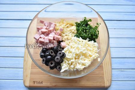 В подготовленное тесто добавить все компоненты начинки: пассерованный на сливочном масле лук, ветчину, маслины, сыр и зелень.