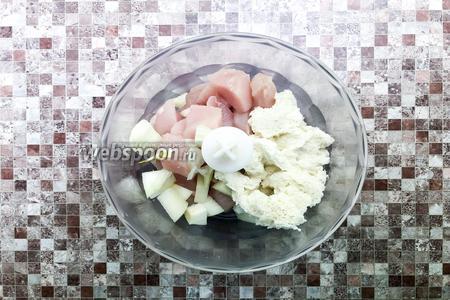 Нарежьте крупными кусками куриное филе (150 г) и 1 луковицу. Сложите в блендере куриное филе, лук и хлебный мякиш. Измельчите до однородного состояния.
