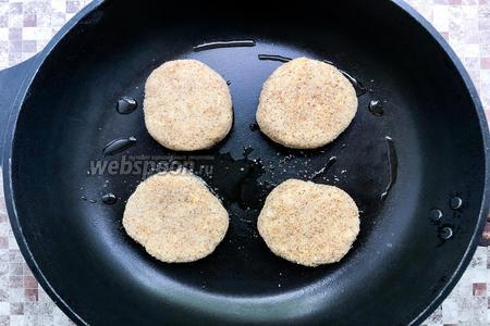 Сформируйте котлетки, обваляйте каждую в панировочных сухарях (2 ст. л.) и обжарьте с каждой стороны на подсолнечном масле (1 ст. л.) до золотистой корочки.