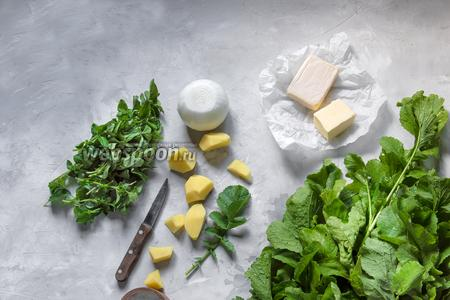 Подготовить необходимые продукты. Далее измельчить картофель (100 г), 1 луковицу, ботву редиски (250 г) и орегано (40 г). Нам понадобятся только листья, избавляемся от веточек.