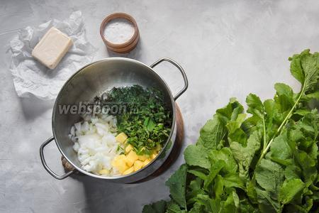 На сливочном масле, в раскалённой кастрюле, пожарить лук, картофель и измельчённый орегано. Степень измельчения неважна, так как после будем всё пюрировать.