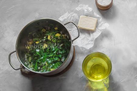 Подготовим овощной бульон, который можно заменить и водой. Классический овощной бульон состоит из отвара лука, моркови и сельдерея.