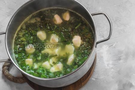 Добавляем в кипящий суп кусочки плавленого сыра (80 г). Варим с полузакрытой крышкой до момента, пока расплавится сырок.