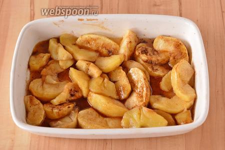 Добавить 25 грамм сахара, молотую корицу (0,75 ч. л.) и 1 грамм молотого мускатного ореха. Перемешать и отправить в духовку ещё на 5 минут для карамелизации яблок.