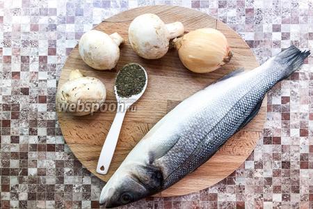 Для приготовления блюда возьмите рыбу сибас, шампиньоны, лук, прованские травы, соль, подсолнечное масло.