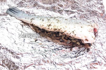 Начините тушку рыбы грибами с луком.