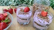 Фото рецепта Творожно-банановый десерт с клубникой