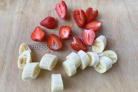 Очистить 1 банан, помыть клубнику (40 г). Нарезать на кусочки.