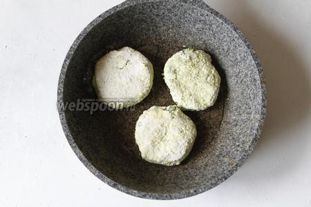 На растительном масле (1 ст. л.) обжарить сырники с двух сторон до золотой корочки.