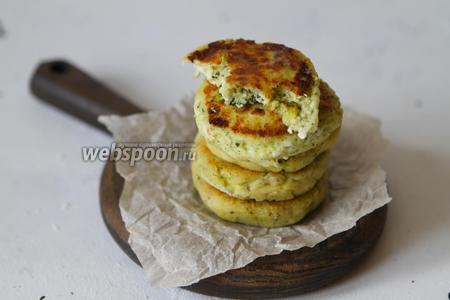 Творожные сырники с брокколи готовы к подаче. Приятного вам аппетита.
