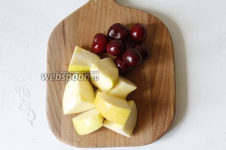 Яблоки подойдут любые. Можно сварить компот из свежих молодых яблок, я же варила компот из зимнего сорта яблок. 1 большое яблоко (оно вышло весом у меня 200 г) разрезать на дольки, удалить сердцевину и семечки. Черешню (200 г) промыть и удалить веточки.