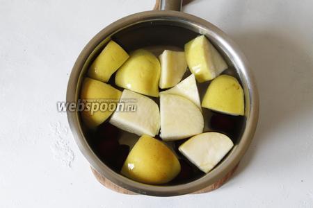 Сотейник или кастрюлю заполнить водой (1 литр). Добавить в неё черешню и дольки яблок.