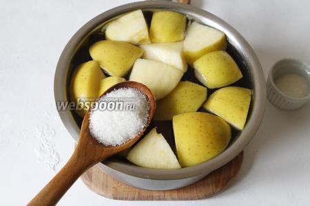 Довести до кипения и добавить сахар (4 ст. л). Если вы любите сладкие напитки, то сахара можно добавить больше. Убавить огонь и варить компот примерно 25 минут.