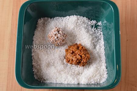 Набирать по 1 столовой ложке массы, сформировать шарики и обкатать их, со всех сторон, в кокосовой стружке (всего 5 ст. л. стружки). Отправить шарики в холодильник на 1-2 часа.
