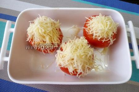 Разогреть духовку до 190-200°С. Форму для запекания смазать растительным маслом и положить в неё фаршированные помидоры. Отправить в духовку на 15-20 минут.