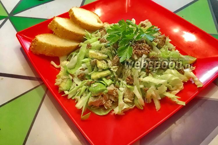 Фото Салат с молодой капустой, авокадо и тунцом