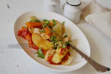 Овощное рагу с индейкой на сковороде в собственном соку
