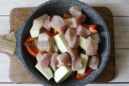 В сковороду влить оливковое масло (1 ст. л.) и переложить овощи в следующем порядке: картофель, лук, морковь, болгарский перец, кабачок. Сверху уложить кусочки индейки.