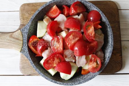 3 помидора нарезать так же крупно. Уложить верхним слоем. Сковороду закрыть крышкой. Тушить рагу на медленном огне в течение часа.
