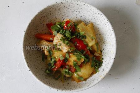 1 пучок свежей кинзы хорошо промыть и обсушить. Кинзу измельчить (кинзу можно заменить на любую другую зелень, тут дело вкуса). Перед подачей обильно присыпать зеленью овощное рагу с индейкой.