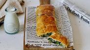 Фото рецепта Рулет из слоёного теста с сыром и шпинатом