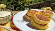 Фото рецепта Сырники без сахара с бананом и сиропом топинамбура