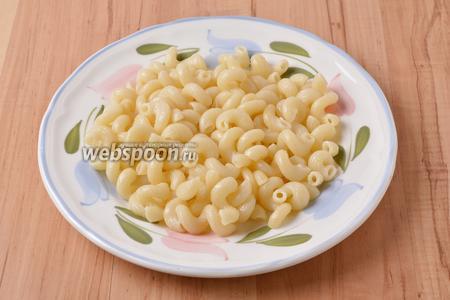 Выложить макароны на блюдо для подачи.