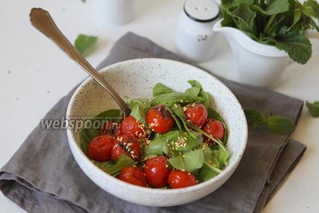 Салат с листьями шпината и запечёнными помидорами