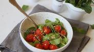 Фото рецепта Салат с листьями шпината и запечёнными помидорами