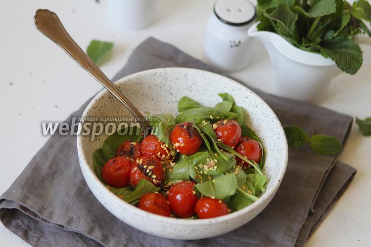 Фото Салат с листьями шпината и запечёнными помидорами