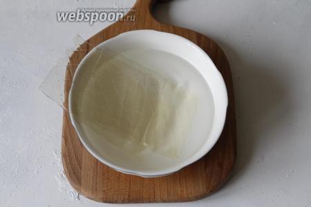 Пока остывает клубника, подготовить желатин. Я пользуюсь листовым, так как он самый удобный, на мой взгляд. Листья желатина (7,5 грамм, у меня 3 листа по 2,5 грамма) замочить в воде (200 г) и оставить набухать на 5-10 минут.