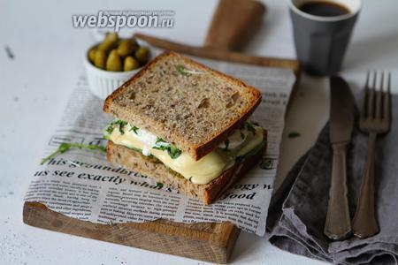 Ржаной бейгл с овощами и сыром готов к подаче.