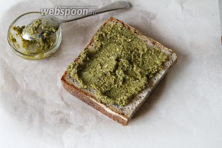 Подготовить хлеб (60 г), в идеале взять хлеб для тостов. Для 2 тостов вполне достаточно 2 кусочка хлеба. Один из них смазать соусом песто (2 ч. л.).