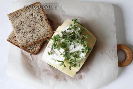 На козий сыр выложить микрозелень (10 г).