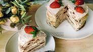 Фото рецепта Блинный торт с клубникой и творогом