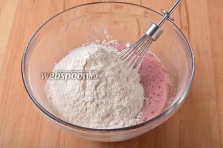 Вмешать 150 грамм просеянной муки и разрыхлитель (1 ч. л.).