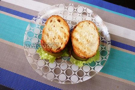 Закрыть каждый бутерброд вторым ломтиком багета и слегка придавить. Овощные сэндвичи готовы. Приятного аппетита!